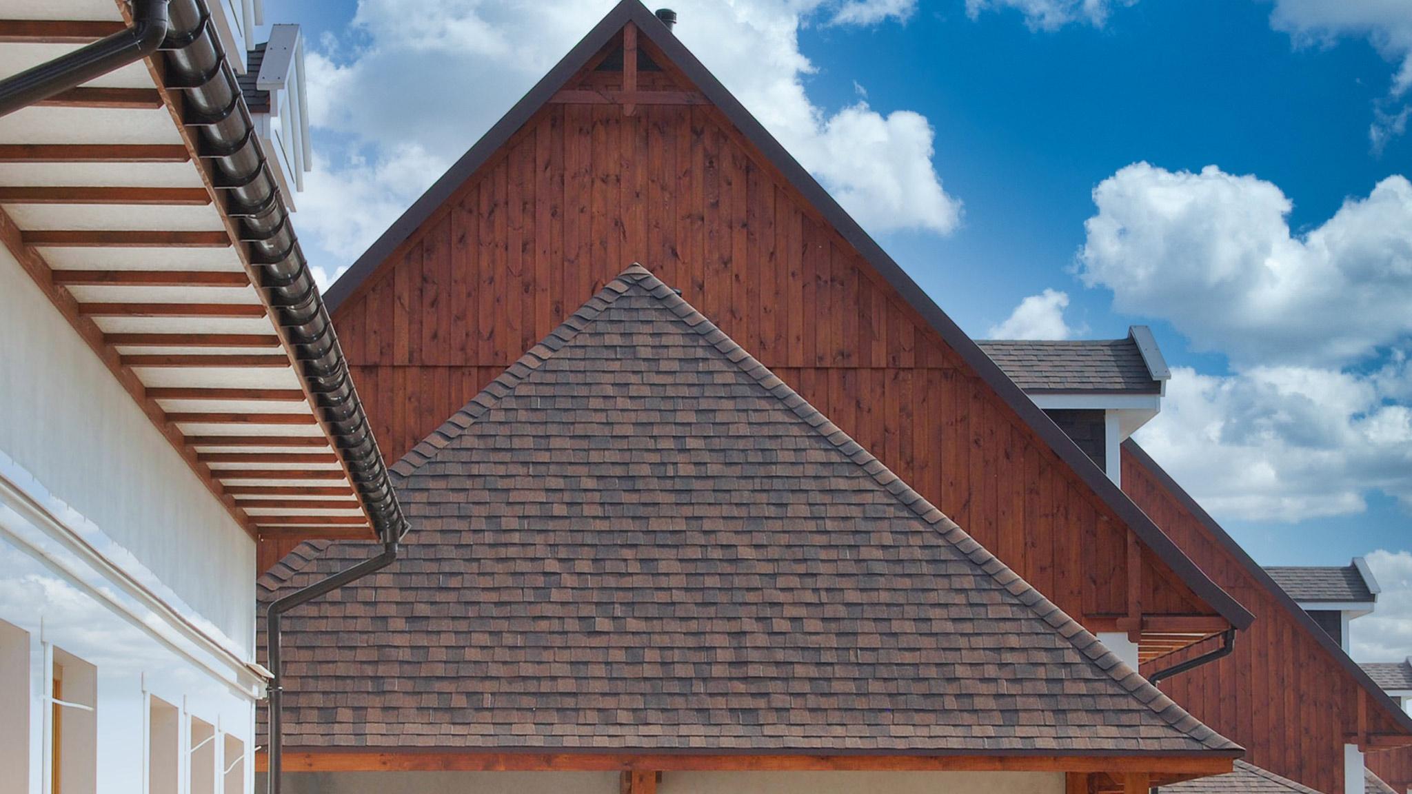 Na dachu widoczny gont marki CertainTeed z linii Landmark w kolorze Burnt Sienna