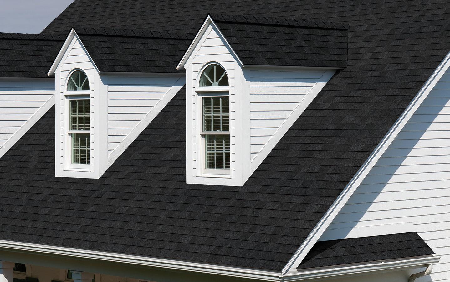 Na dachu widoczny gont marki Owens Corning z linii TruDefinition Duration w kolorze Onyx Black