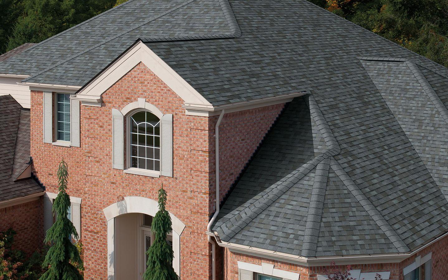 Na dachu widoczny gont marki Owens Corning z linii TruDefinition Duration w kolorze Quarry Gray