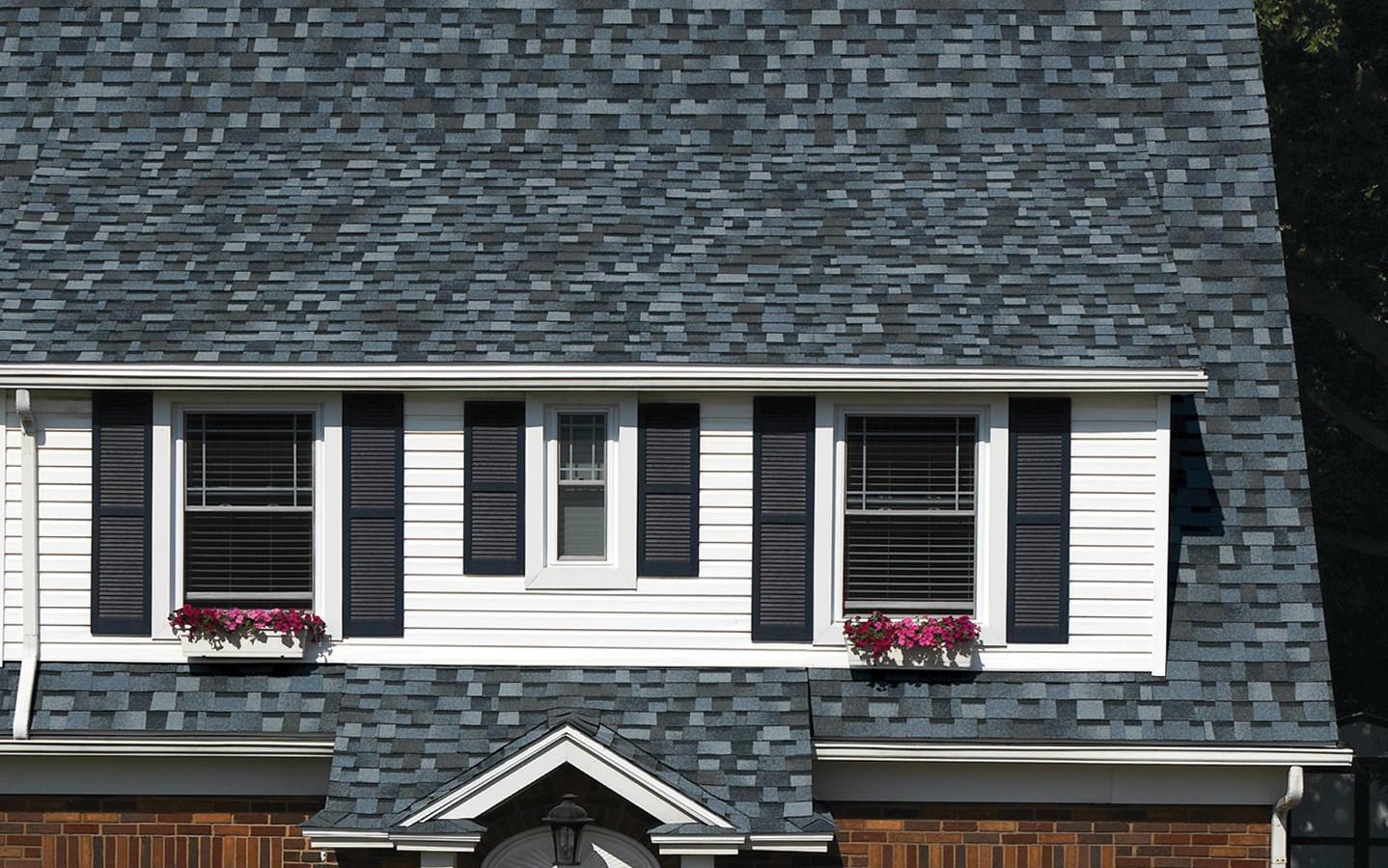 Na dachu widoczny gont marki Owens Corning z linii TruDefinition Duration Designer w kolorze Pacific Wave