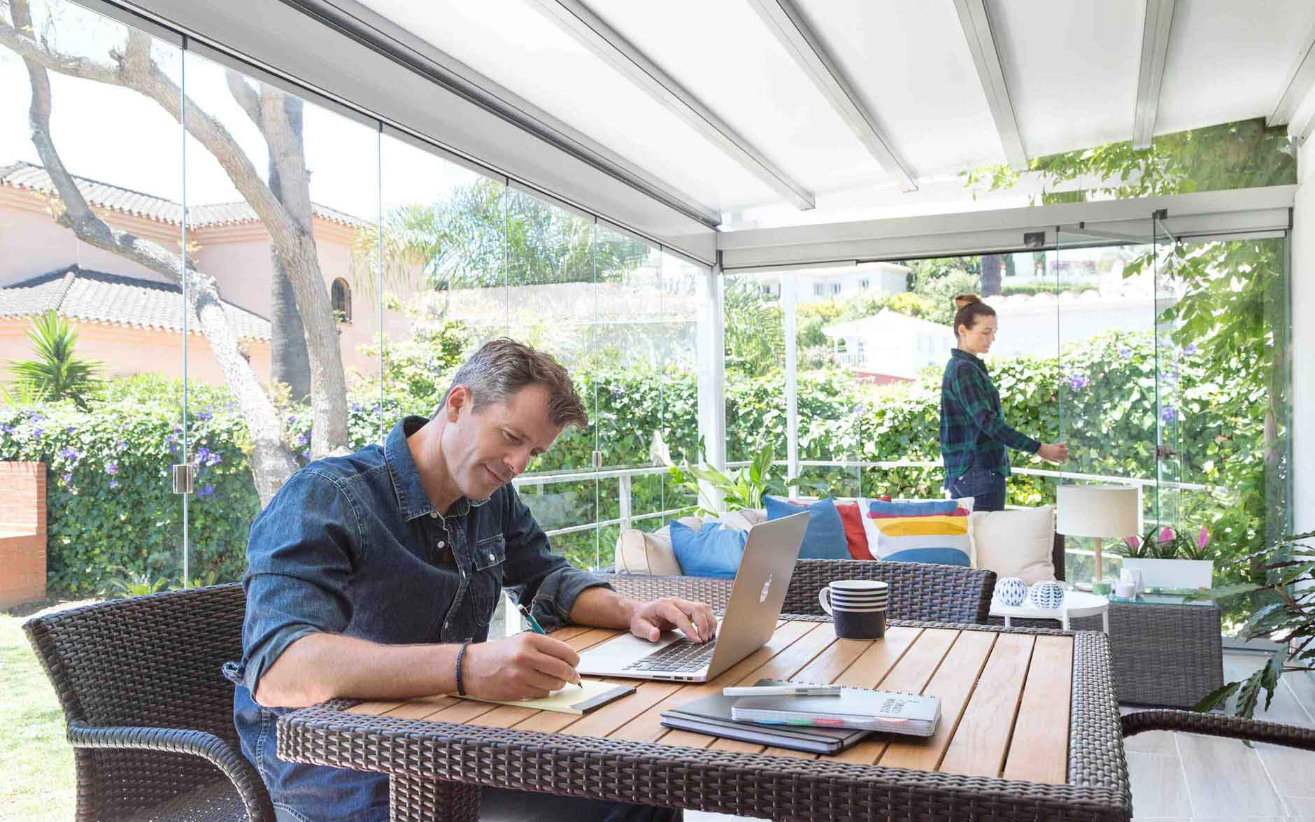 los cristales para porches te permiten poder trabajar en casa, en tu porche, disfrutando de mas luz