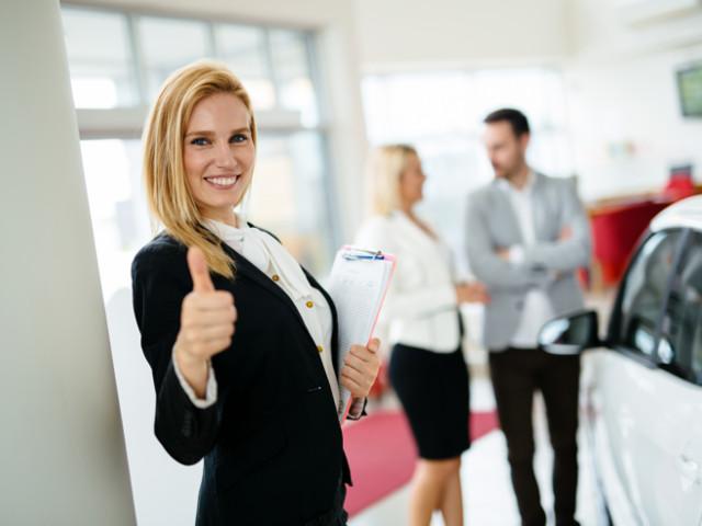 Begeisterte Mitarbeiterin, glückliche Kunden