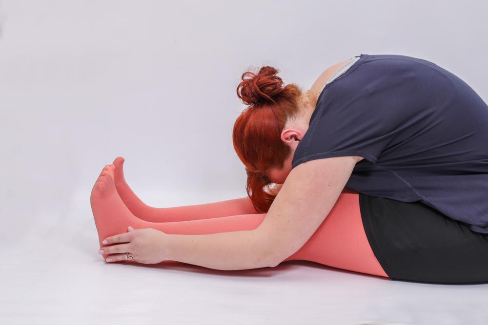 Frau bei der Entstauungsgymnastik um den Lymphtransport anzuregen
