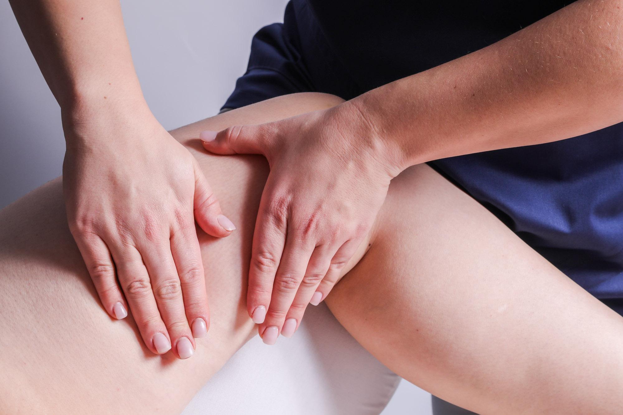 Patient erhält manuelle Lymphdrainage bei der Physiotherapie