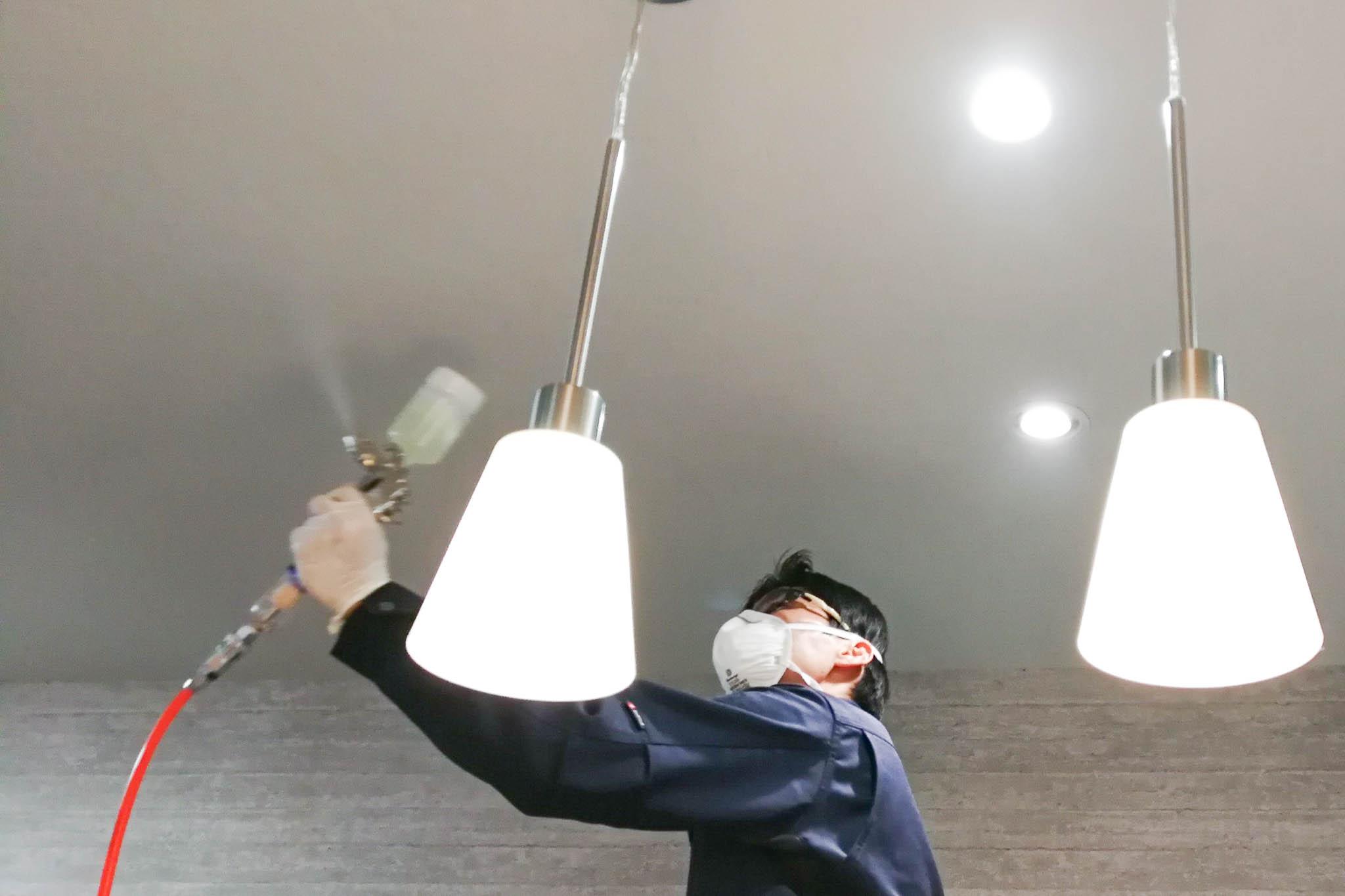 店舗で光触媒をコーティングしている写真