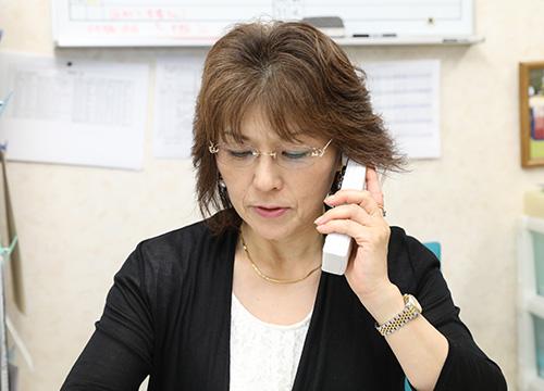 1)お問い合わせを電話で受けるスタッフ