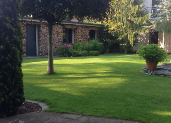 Krause - Technik für Ihren Garten, große Rasenfläche gemähmt vom Husqvarna Automover