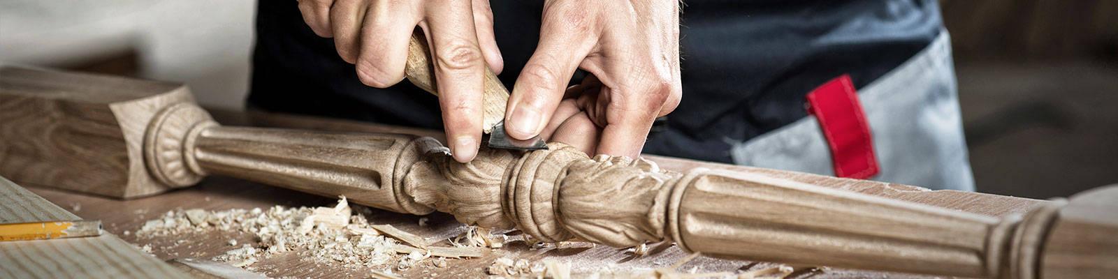 Feine Holzschnitzerei für eine Sonderarbeit