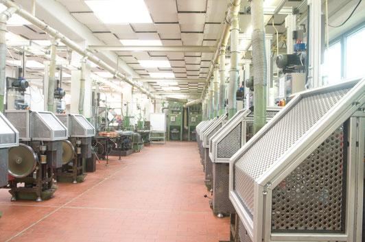 Aus dem weiten Feld der Umformung bieten wir alle relevanten Fertigungsverfahren zur gezielten plastischen Umformung von Metallen. Bei der Umformung behält der Werkstoff seine Masse und Zusammenhalt: Aus einem Vormaterial fertigen wir Werkstücke nach Ihren Vorgaben.