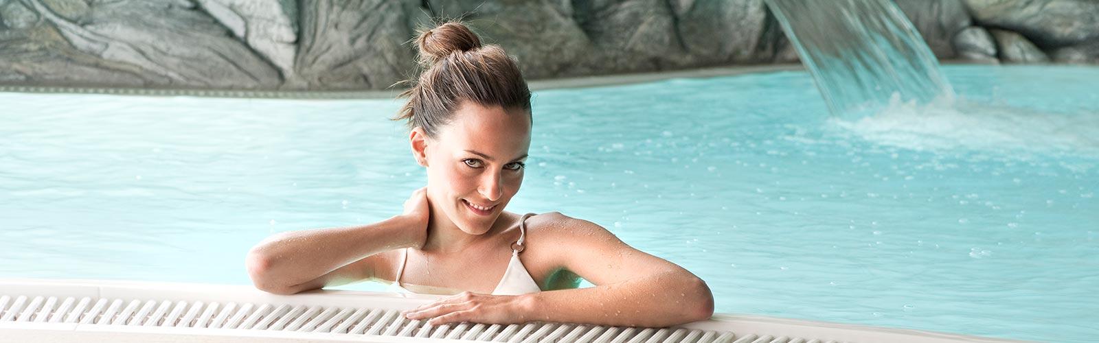 S&K GmbH Jacuzzi Whirlpool - Eine Frau im Schwimmbecken