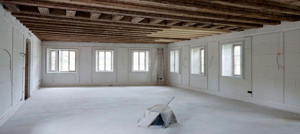 Ein Leerstehender Raum vor der Abbrucharbeiten, durch die 3B Denkmalpflege & Bausanierung GmbH