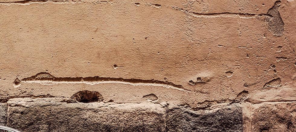 Eine beschädigte Betonfassade, vor der Betonsanierung, durch die 3B Denkmalpflege & Bausanierung GmbH