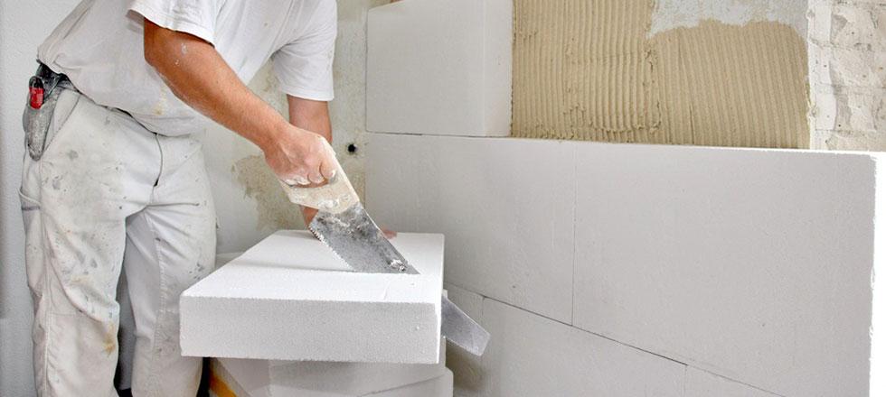 Ein Mitarbeiter der 3B Denkmalpflege & Bausanierung GmbH beim schneiden eines Trockbausteins.