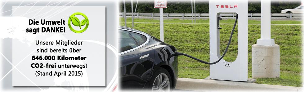 Bild zeigt einen Tesla an einer Supercharger-Ladestation