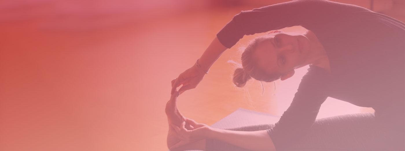 Oceana praticando yoga