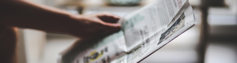 Aufgeklappte Zeitung