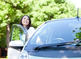 女性と車の画像