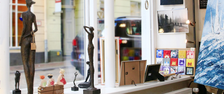 Skulpturen im Fenster