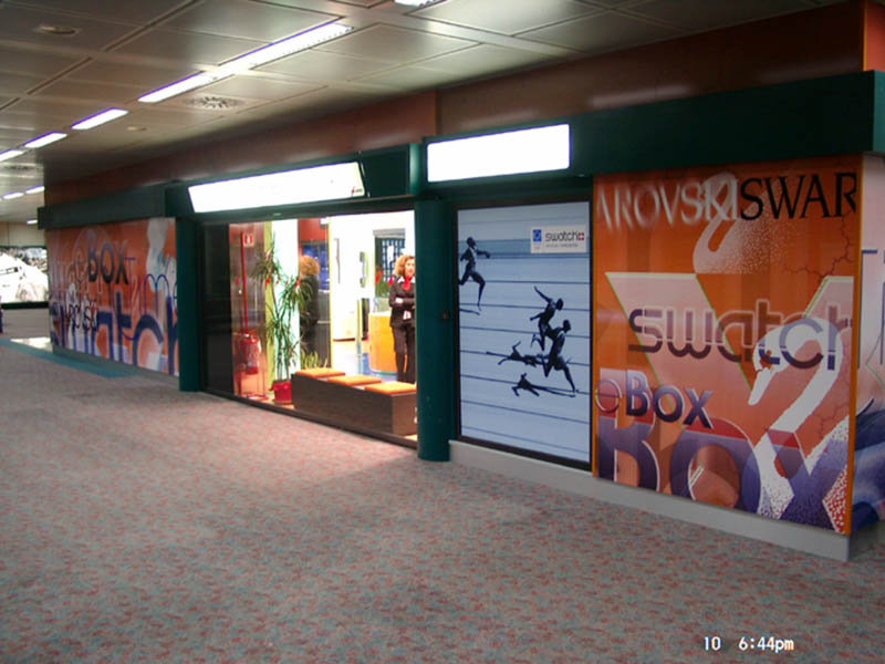 grafik-117-rom-airport-multibrand-swarowski-timebox-swatch-shop-2003-fassadengestaltung-11