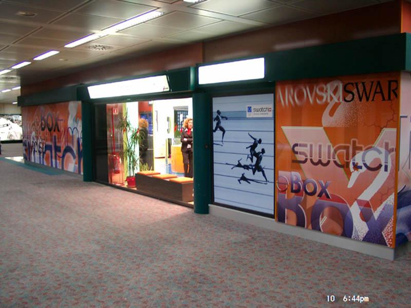 Fassadengestaltung Grafik Rom Airport Multibrand Shop Swarowski Timebox Swatch 2003