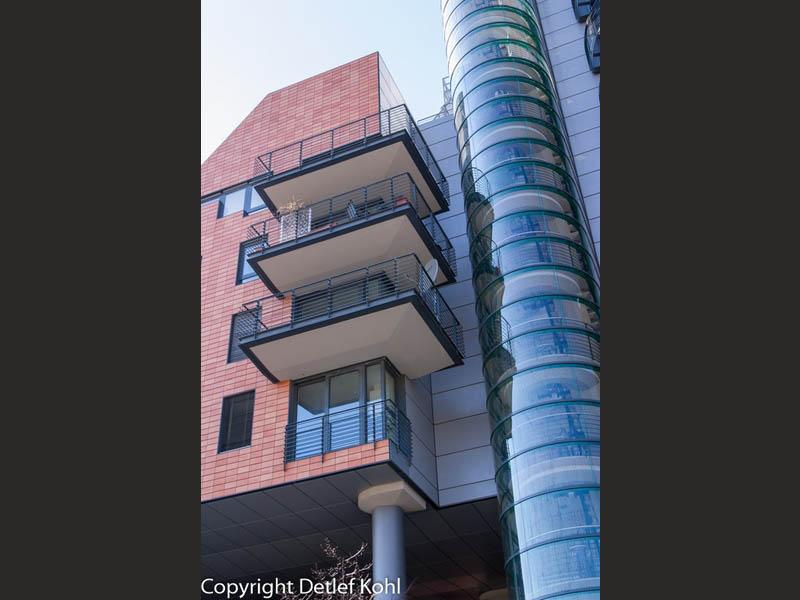 Aufzug im architektonischen Glaszylinder - Berlin Potsdamer Platz