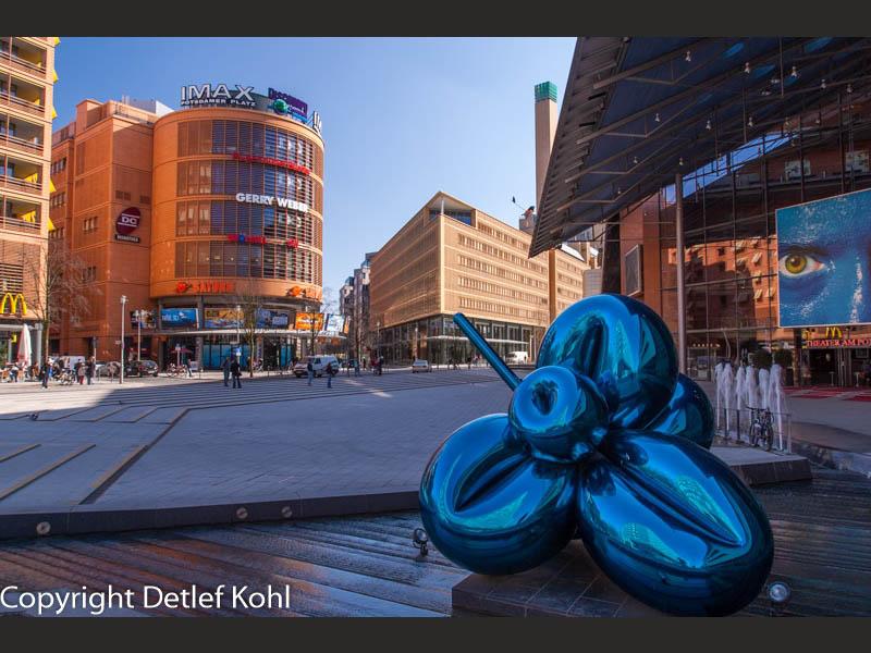 Blaues Herz im Spiegel der Architektur Berlins - Potsdamer Platz